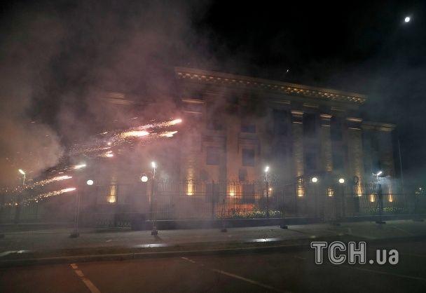 У Києві петардами та феєрверками закидали російське посольство