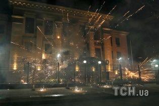 Тут вам не раді. У Мережі з'явилися відео нічної атаки на посольство РФ у Києві