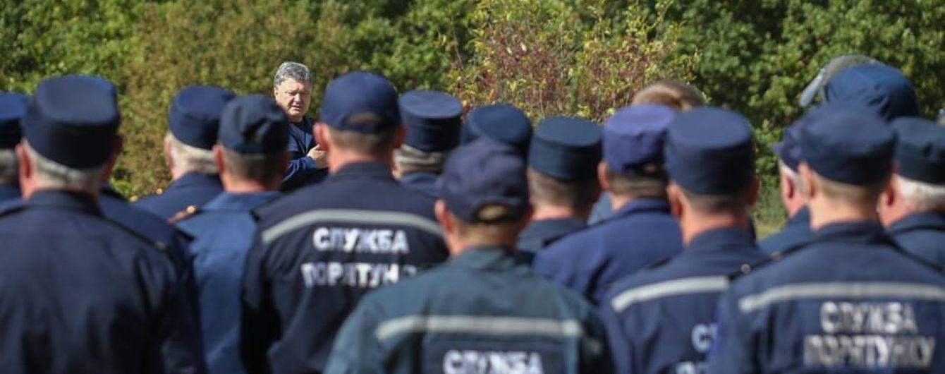 Порошенко пообещал повысить зарплату спасателям и изменить символику ГСЧС