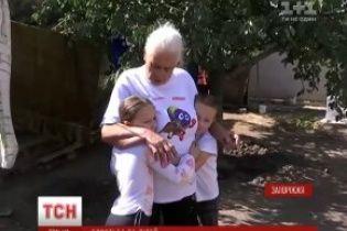 У Запоріжжі бабуся виховує онуків у хаті без світла, газу та води