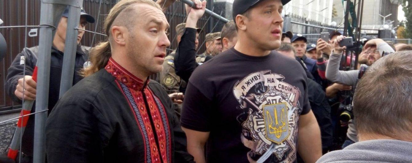 Поламаний паркан і побитий виборець. Біля посольства РФ у Києві сталися сутички
