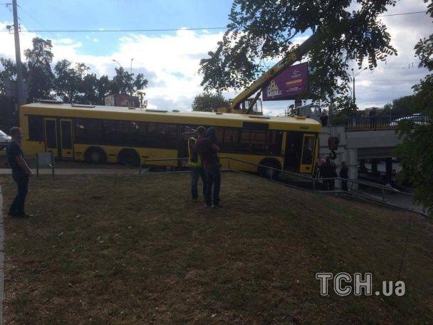 На проспекті Перемоги у Києві автобус з'їхав з дороги і завис на сходинках