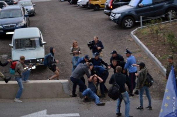 В Одессе возле российского Генконсульства между националистами и полицией вспыхнули новые стычки