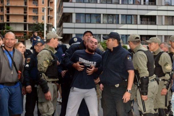 В Одесі біля російського Генконсульства між націоналістами і поліцією спалахнули нові сутички