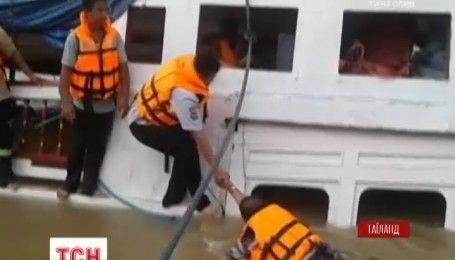 В Таиланде пассажирский теплоход врезался в бетонную опору моста, есть погибшие