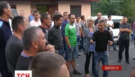 Владельцы авто с иностранной регистрацией продолжают блокировать дорогу на Словакию
