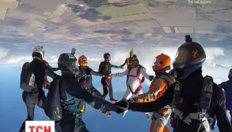 12 парашютистов в небе над Днепропетровской областью установили рекорд с фріфлая