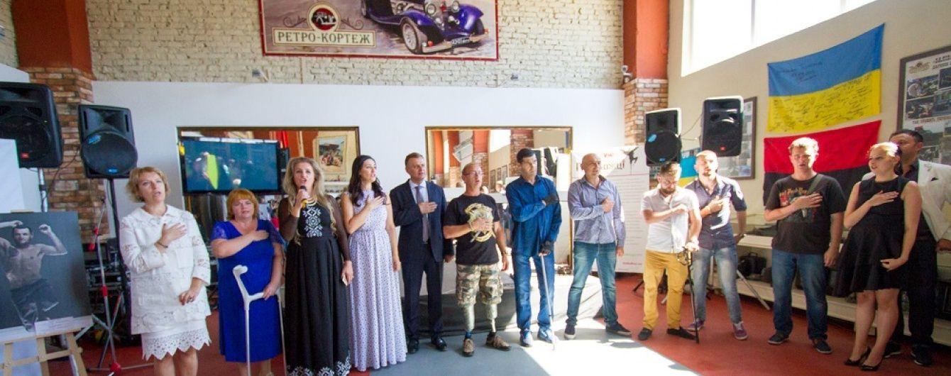 """В Тернополе продолжается выставка """"Переможці"""": организованы экскурсии для посетителей"""