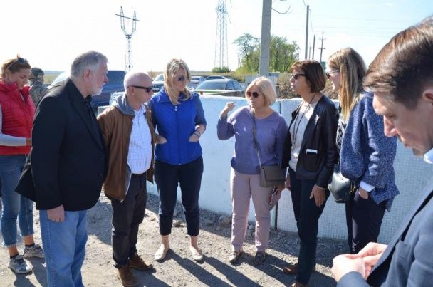 Евродепутаты побывали в зоне АТО и посетили разрушенную боевиками Марьинку