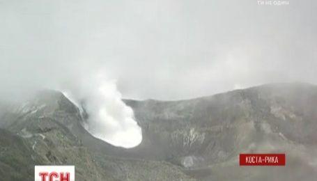 В Коста-Рике вулкан выпустил клубы дыма, что парализовало жизнь в стране