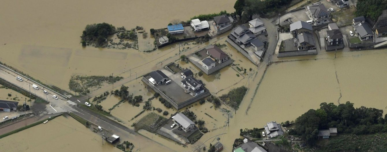 Тайфун наробив горя в Японії, а повені затопили Китай
