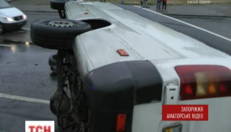 В Запорожье перевернулась маршрутка с пассажирами