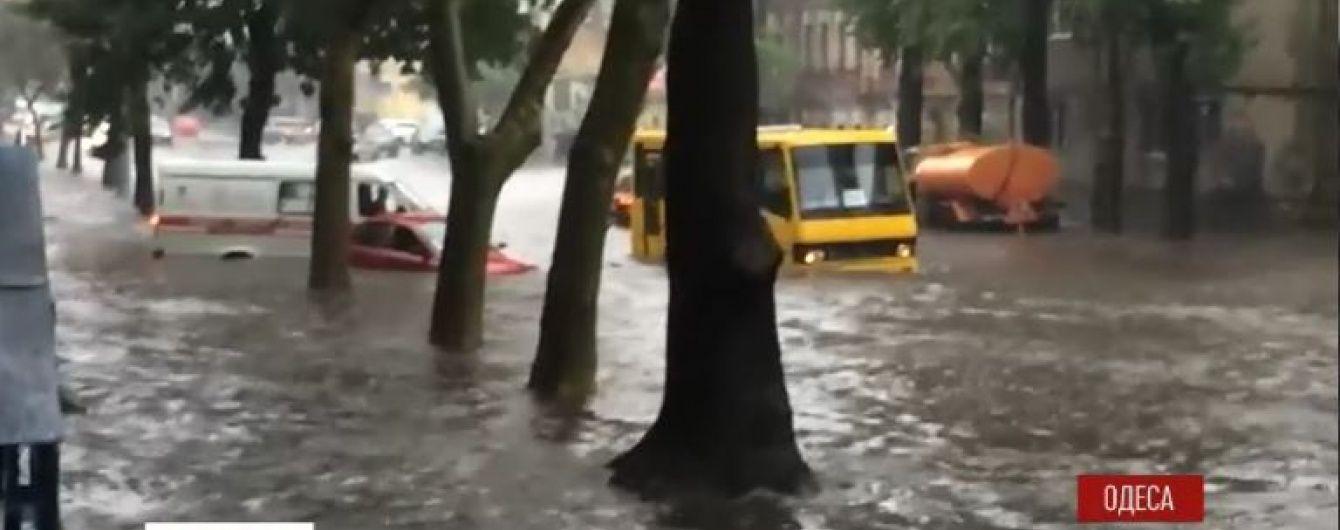 Негода в Одесі: машини плавають у високій воді, а повалені дерева перекривають вулиці