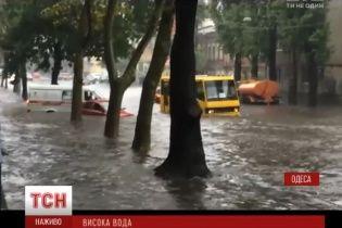 Непогода в Одессе: машины плавают в высокой воде, а поваленные деревья перекрывают улицы