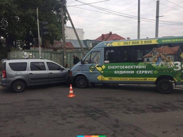 У Хмельницькому легковик протаранив маршрутку з пасажирами, є постраждалі