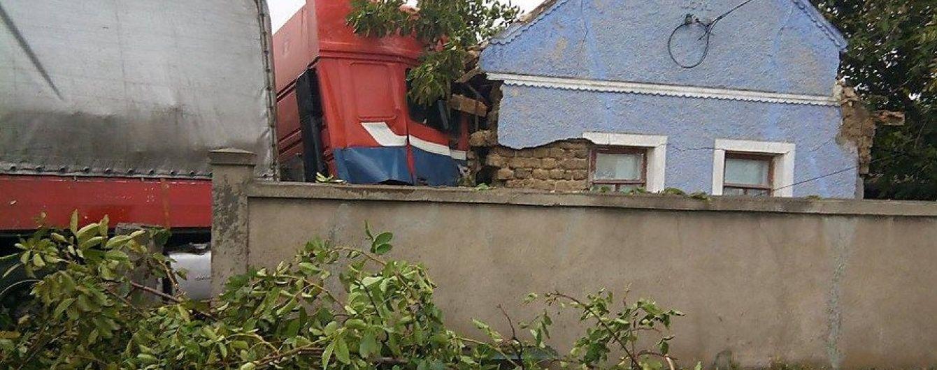 На Николаевщине фура протаранила жилой дом