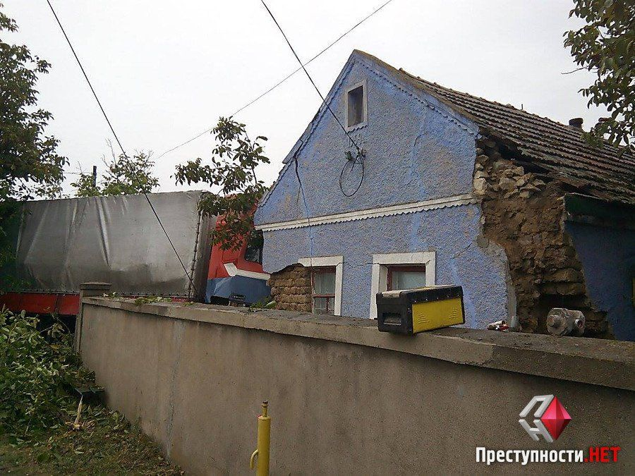 На Миколаївщині фура протаранила житловий будинок_2