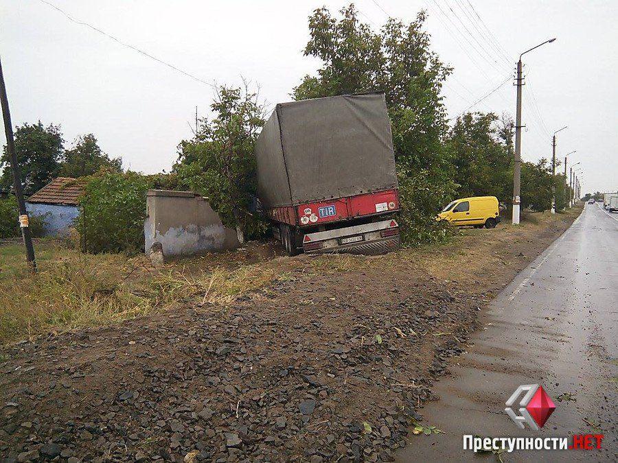 На Миколаївщині фура протаранила житловий будинок_3