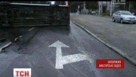 Из-за непогоды маршрутка с пассажирами перевернулась в Запорожье