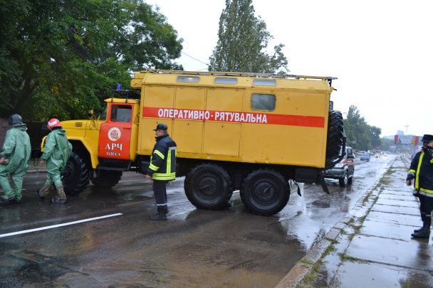 Непогода в Одессе: ураган повалил более полусотни деревьев, движение транспорта частично блокировано