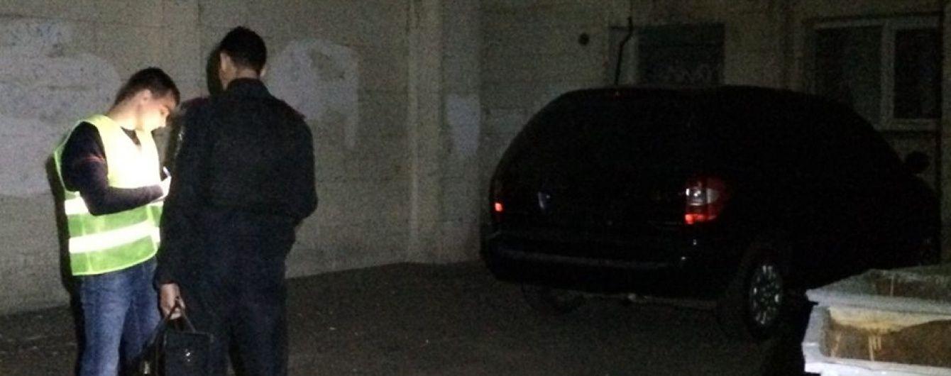 У Києві злочинці у формі СБУ відібрали у чоловіка сумку з 2 млн грн