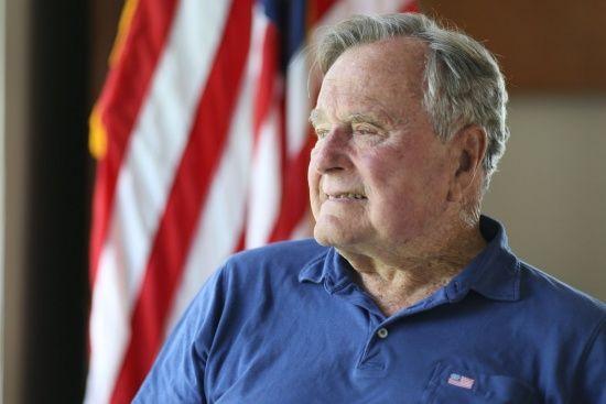 Схопив за сідниці: восьма жінка звинуватила Буша-старшого у домаганнях