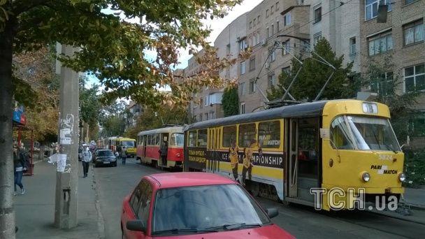 У Києві дорогий джип паралізував рух трамваїв на Подолі