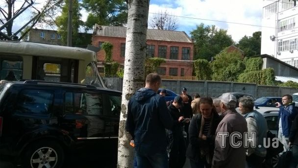 В Киеве дорогой джип парализовал движение трамваев на Подоле