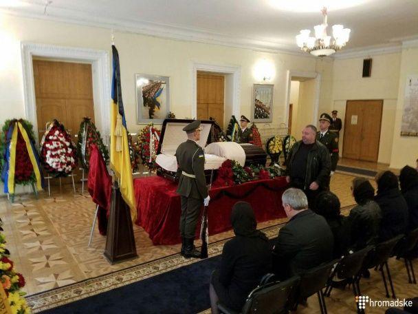 Силовики с цветами и почетный караул. Как в Киеве прощались с заместителем главы АП