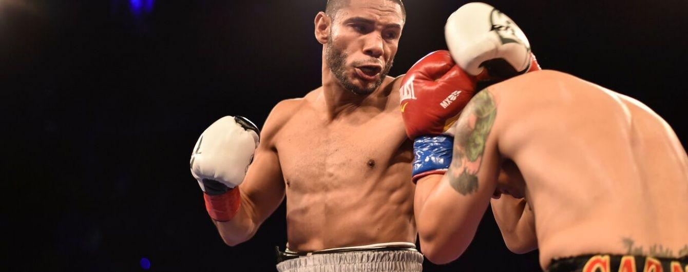 Американський боксер випадково оголився на церемонії зважування