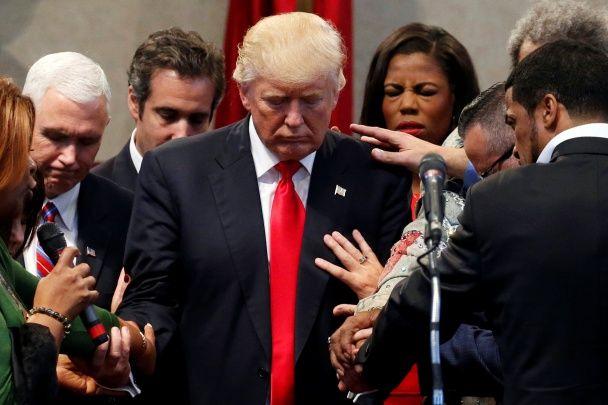 Найяскравіші фото дня: молитва за Трампа, обійми Цукерберга з дружиною