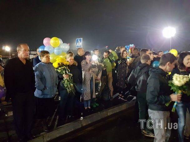 """В аеропорту """"Бориспіль"""" кілька сотень людей прийшли зустрічати українських паралімпійців"""