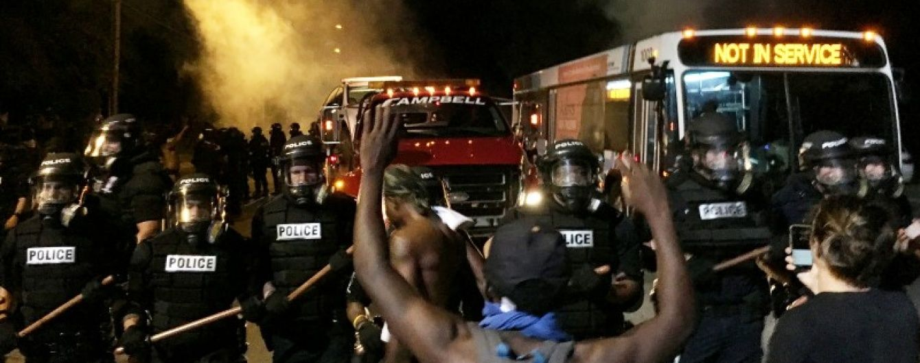 В США в охваченный уличными протестами город ввели военных