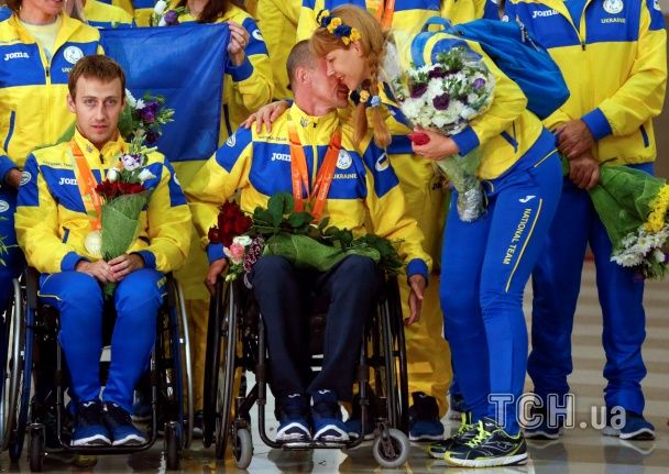 """С поцелуями и словами """"Героям Слава"""": как встречали паралимпийскую сборную сотни украинцев"""