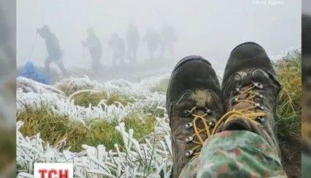 Первый снег: туристы, делятся фотографиями с заснеженных вершин
