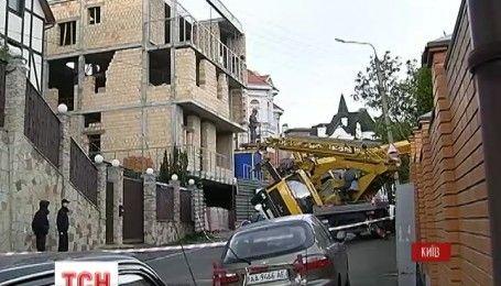 В Киеве строительный кран упал на жилой дом