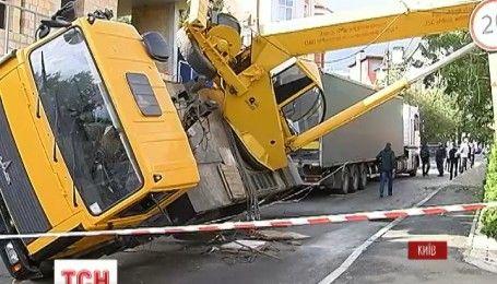 В столице на жилой дом упал строительный кран