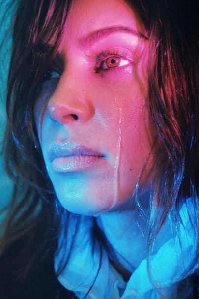 Ким Кардашян в пушистом бюстгальтере расплакалась перед объективом фотокамеры