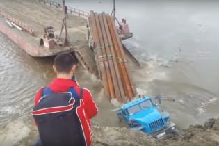 В России водитель случайно утопил грузовик, наполненный медными трубами