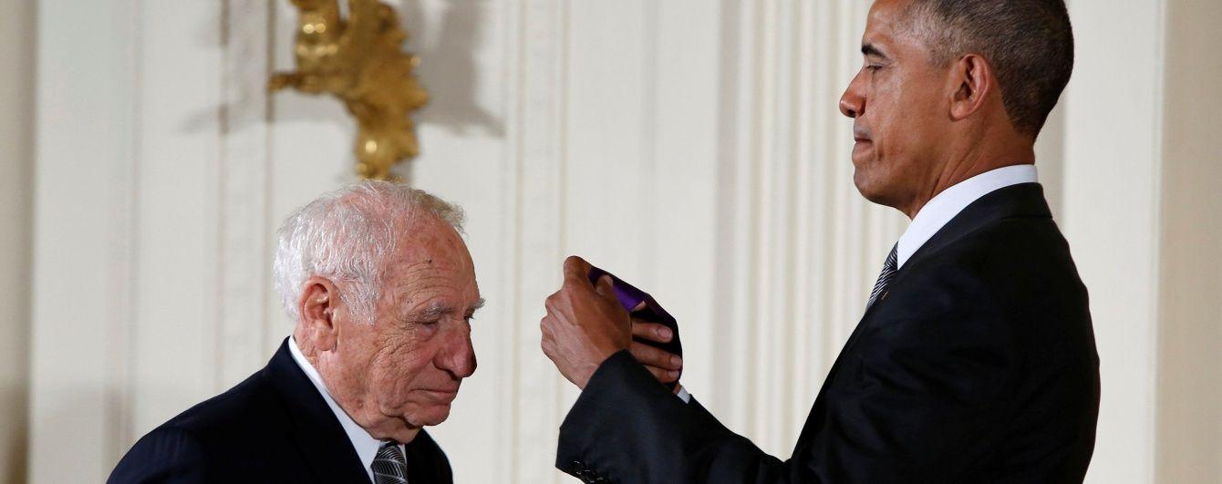 Американский актер ради розыгрыша сделал вид, будто хочет стянуть с Обамы брюки