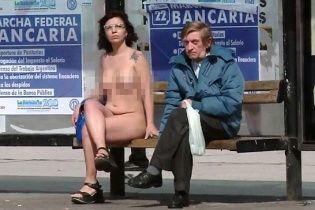 В Аргентині оголені жінки протестували перед будівлею парламенту