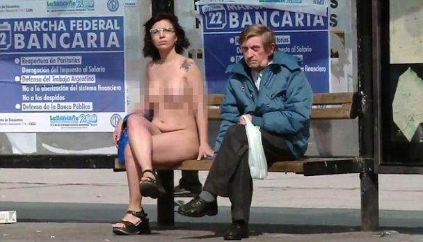 В Аргентине обнаженные женщины протестовали перед зданием парламента