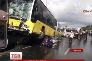 В Стамбуле произошло масштабное ДТП из-за зонтика