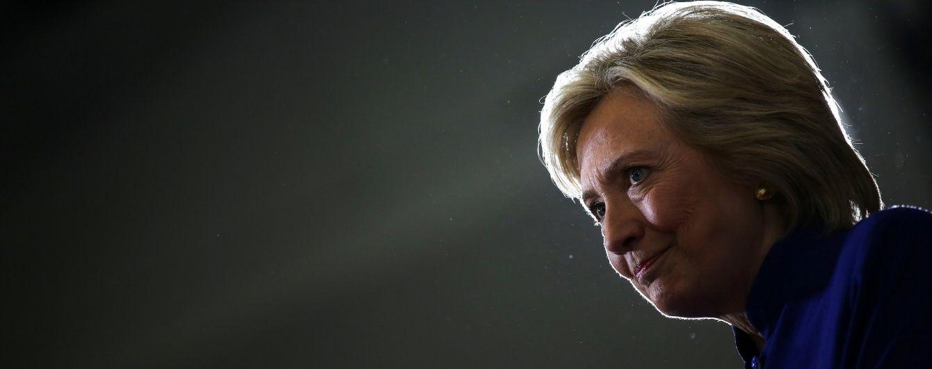 Во время поездки в РФ Клинтон едва не оставила российским спецслужбам секретный документ - ФБР