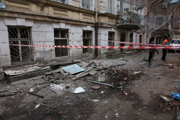 В Одесі обвалився балкон разом із пенсіонеркою