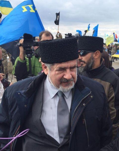 Годовщина блокады своего дома. Крымские татары устроили акцию на админгранице с полуостровом