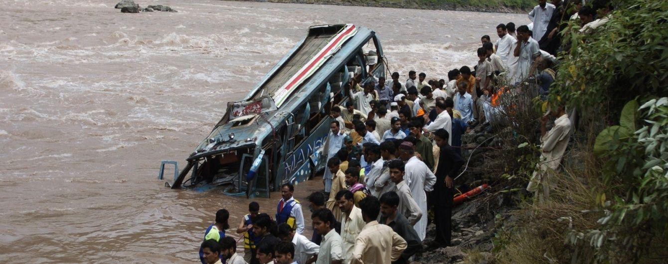 У Пакистані автобус злетів із гори в річку: із 26 людей вижили лише троє