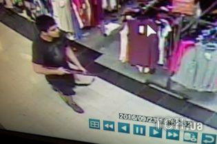 Полиция США обнародовала фото подозреваемого в стрельбе в торговом центре Берлингтона