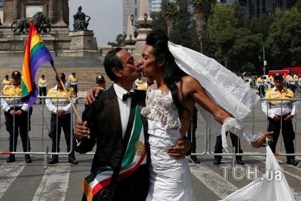 Мексика разделилась пополам: на улицы вышли сторонники и противники гей-браков