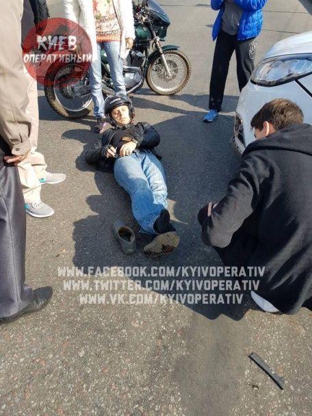 У Києві трапилася ДТП: мотоцикліст через зіткнення із позашляховиком отримав серйозні травми ноги